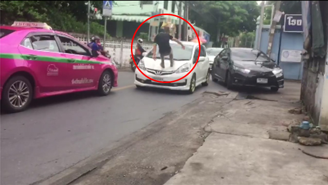 Road rage: Crazy cabbie jumps on farang's car like he's freaking Tony Jaa